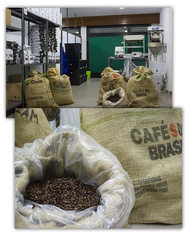 sacchi con chicchi di caffè torrefatto